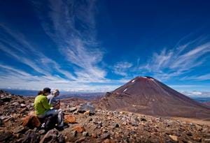 Tongariro Crossing med udsigt mod vulkanen Mt. Ngauruhoe. Credit:  New Zealand Tourism/ Andy Belcher